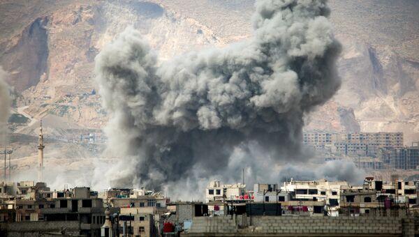 Дым после авиаудара ВВС Сирии на востоке Дамаска. Архивное фото