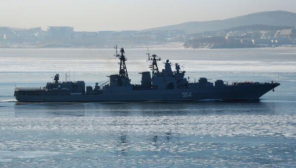 Большой противолодочный корабль Тихоокеанского флота РФ Адмирал Трибуц в проливе Босфор Восточный во Владивостоке