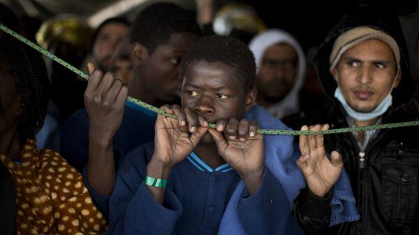 Мигранты, прибывшие из Ливии, в порту Сицилии