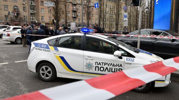 Полицейский автомобиль на месте убийства бывшего депутата Государственной Думы РФ Дениса Вороненкова в Киеве