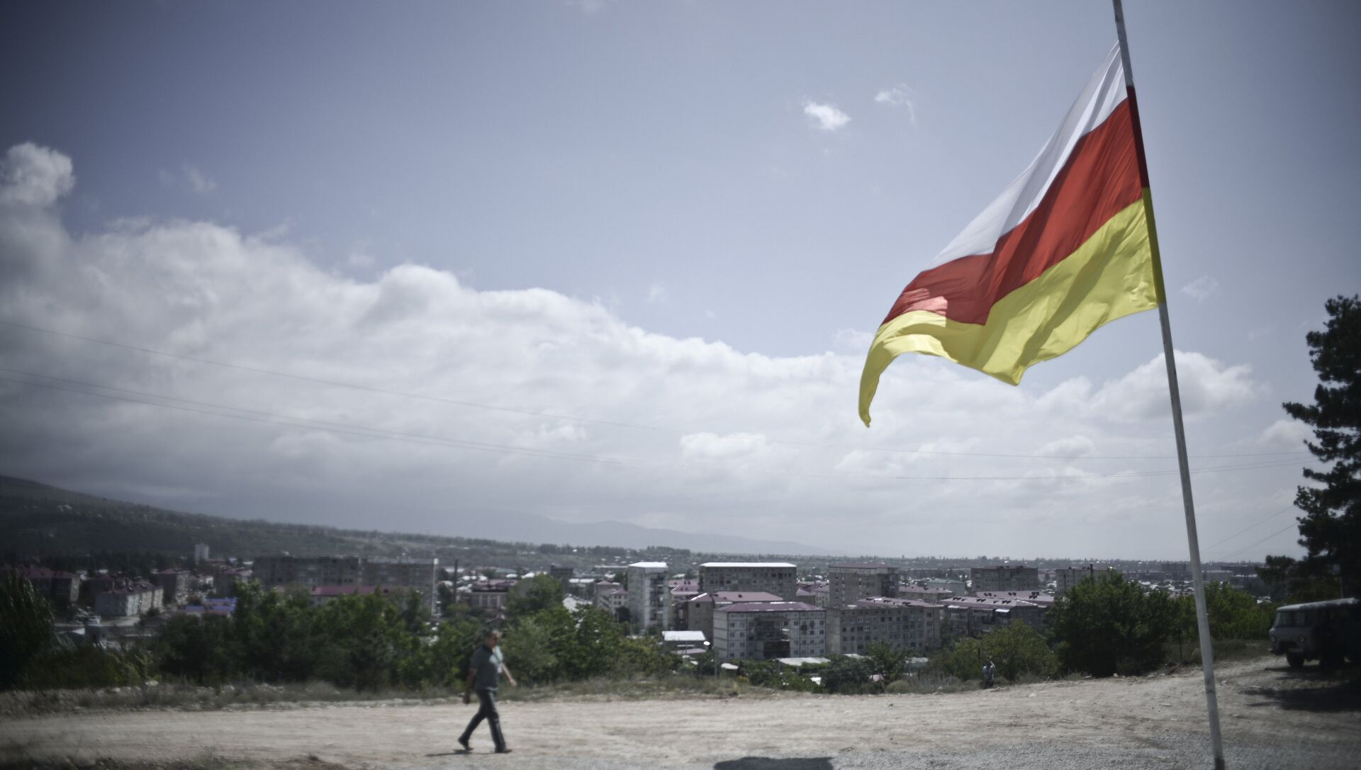 Приспущенный флаг у входа на территорию российского батальона Смешанных сил по поддержанию мира в Южной Осетии - РИА Новости, 1920, 22.10.2020