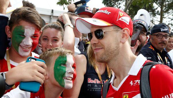 Себастьян Феттель с фанатами перед гонкой Гран-При Австралии, 26 марта 2017 года
