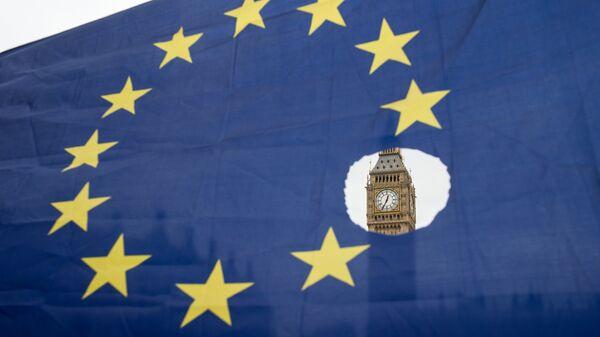 Флаг Евросоюза на фоне Вестминстерского дворца в Лондоне. 29 марта 2017