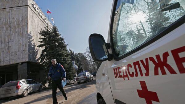 Прохожий у здания Федерального медико-биологического агентства в Москве
