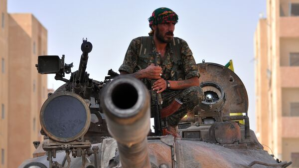 Боевик курдского отряда YPG в городе Эль-Хасаке на северо-востоке Сирии