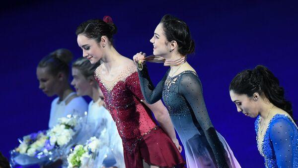 Призеры женского одиночного катания на чемпионате мира по фигурному катанию в Хельсинки во время церемонии награждения