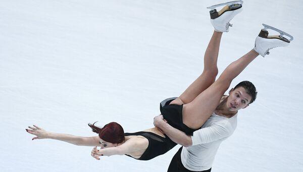 Екатерина Боброва и Дмитрий Соловьев выступают в произвольной программе танцев на льду на чемпионате мира по фигурному катанию в Хельсинки