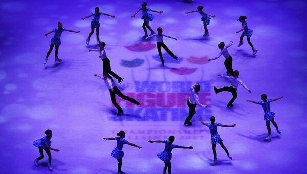 Дети-фигуристы во время показательных выступлений чемпионата мира по фигурному катанию в Хельсинки