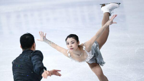 Пэн Чэн и Чжан Хао выступают в произвольной программе парного катания на чемпионате мира по фигурному катанию в Хельсинки