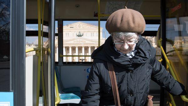 Женщина выходит из автобуса в Москве. Архивное фото