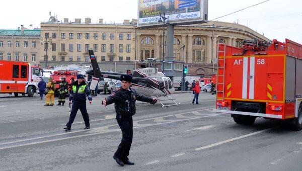 Автомобили спецслужб у станции метро Технологический институт в Санкт-Петербурге. 3 апреля 2017