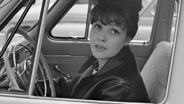 Советская поэтесса Белла Ахмадулина за рулем автомобиля