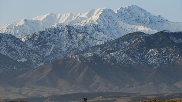 Солдат армии Афганистана в горах провинции Нангархар на границе Пакистана и Афганистана.  Архивное фото