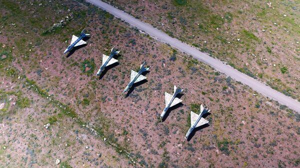 Сирийские самолеты на территории авиабазы в Сирии, которая подверглась ракетному удару США. Архивное фото