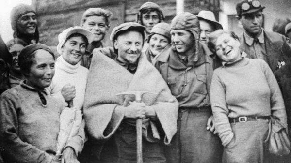 Николай Бухарин в группе ударников завода им. Фрунзе во время альпинистского похода на Эльбрус. Архив