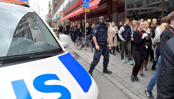 Полицейский на улице Дроттнинггатан в Стокгольме после наезда грузовика на людей. 7 апреля 2017