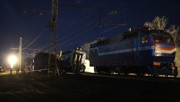 На месте столкновения пассажирского поезда и электрички в районе улицы Герасима Курина в Москве