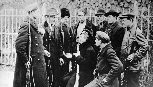 Группа красногвардейцев в карауле у Смольного. Петроград. 1917 год