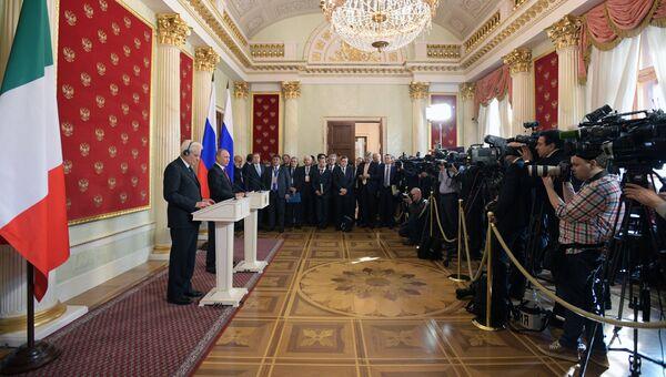 Президент РФ Владимир Путин и президент Италии Серджо Маттарелла на пресс-конференции по итогам встречи. 11 апреля 2017