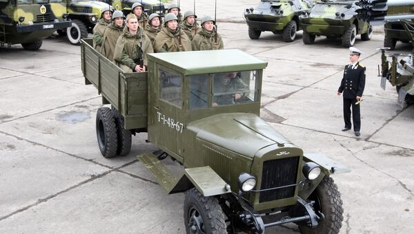 Военнослужащие в исторической форме времен Великой Отечественной войны 1941-45 годов в кузове грузовика ЗИС-5