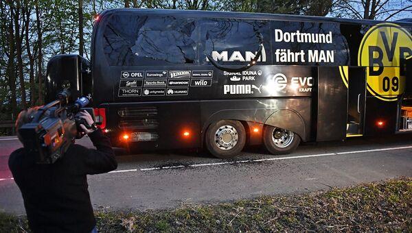 Журналисты на месте взрыва у автобуса ФК Боруссия в Дортмунде, Германия. Архивное фото