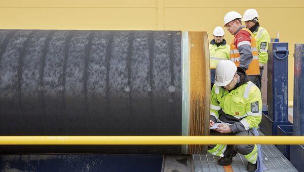 Инженеры проводят проверку первых труб, необходимых для стоительства двух ниток газопровода Северный поток-2