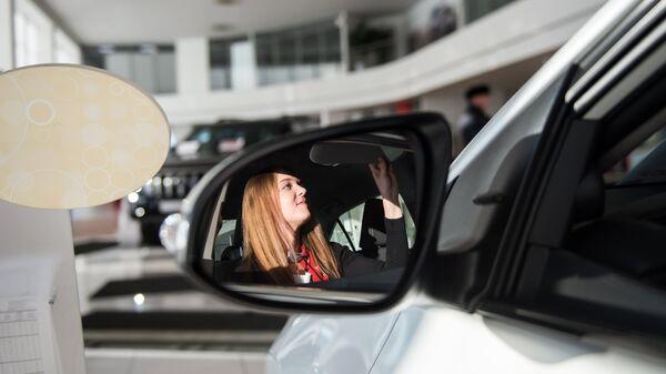 Посетительница в автосалоне