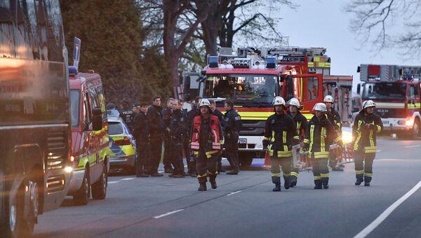 Полицейские и пожарные у автобуса футбольного клуба Боруссия Дортмунд после взрыва перед матчем Лиги чемпионов. Архивное фото