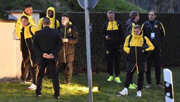 Игроки и тренеры футбольного клуба Боруссия Дортмунд после взрыва у клубного автобуса перед матчем Лиги чемпионов. 11 апреля 2017
