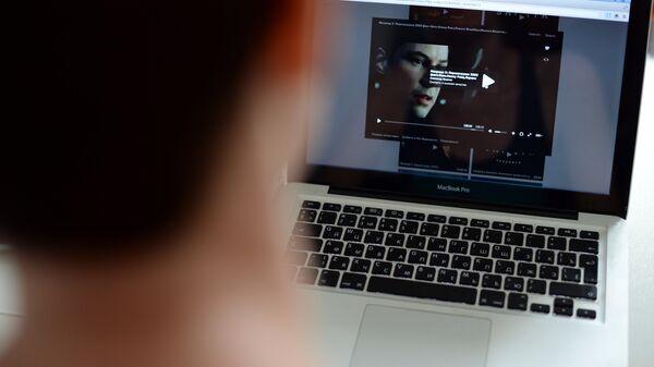 Пользователь смотрит фильм онлайн