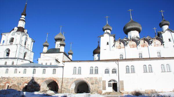 За Святыми воротами гостя встречают монастырские храмы