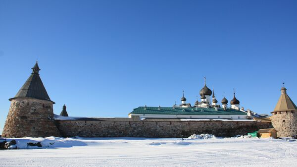Богатырские башни и луковицы соборов монастыря видны из любой точки Соловецкого поселка