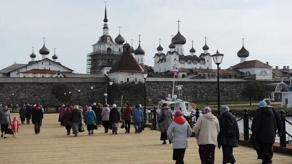 Паломники на причале около Соловецкого Спасо-Преображенского монастыря.