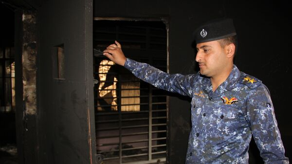 Офицер федеральной полиции Ирака осматривает камеры для заключенных в тюрьме террористов Исламского государства (организация запрещена в РФ) в западной части Мосула