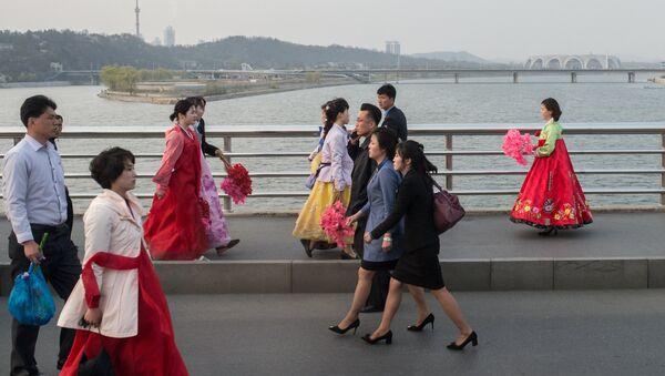 Жители КНДР на улице Пхеньяна. Архивное фото