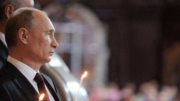 В.Путин в храме Христа Спасителя в Москве. Архивное фото