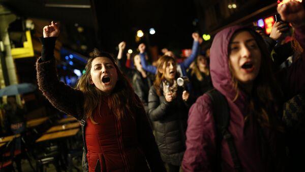 Антиправительственные демонстранты во время акции протеста после референдума. Архивное фото