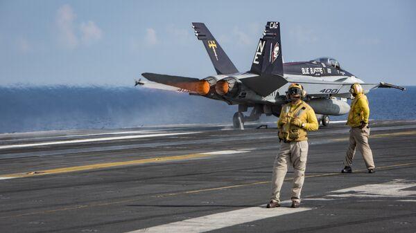 Взлет истребителя-бомбардировщика F/A-18 с палубы авианосца ВМС США Карл Винсон. 12 апреля 2017