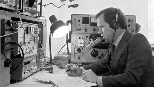 Радиолюбитель Е. Суховерхов во время сеанса радиосвязи