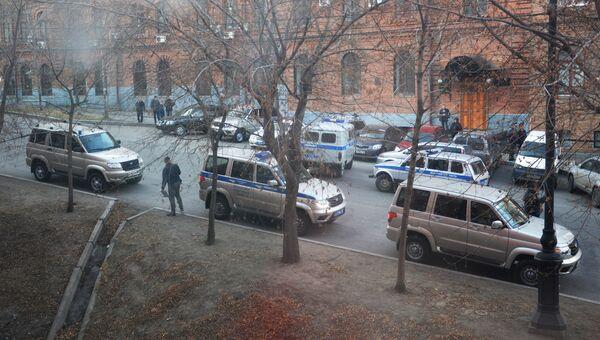 Автомобили полиции у здания приемной Управления ФСБ России по Хабаровскому краю, в котором неизвестный открыл огонь по сотрудникам и посетителям. 21 апреля 2017
