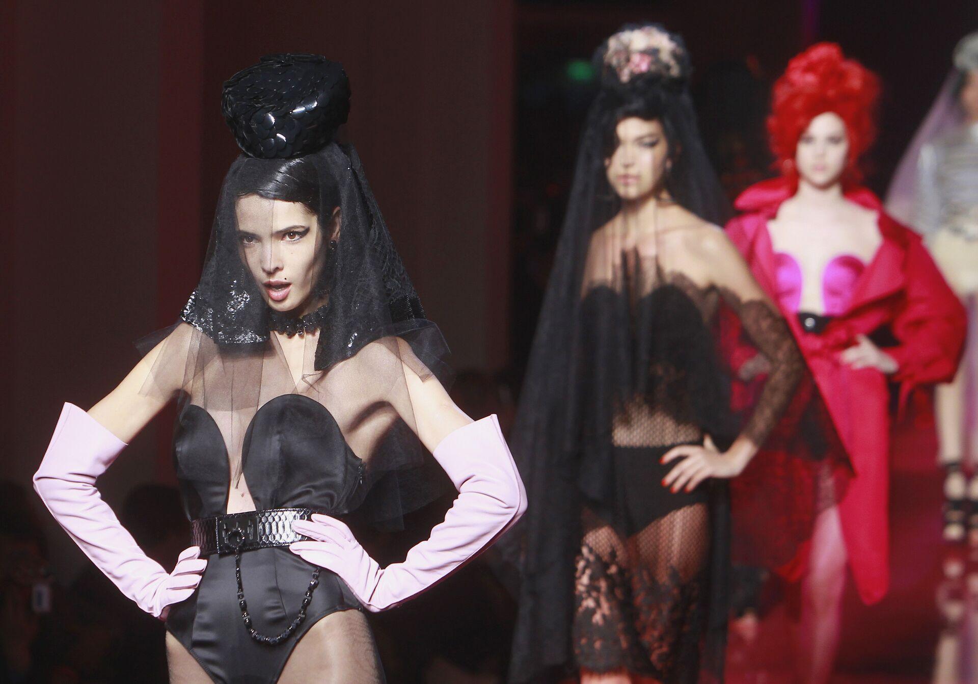 Модель во время показа коллекции Haute Couture посвященной певице Эми Уайнхаус, дизайнера Жана-Поля Готье. 2012 год - РИА Новости, 1920, 09.09.2020