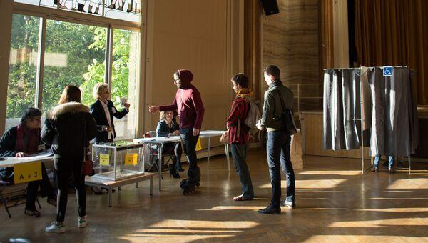 Жители голосуют на выборах президента Франции. Архивное фото