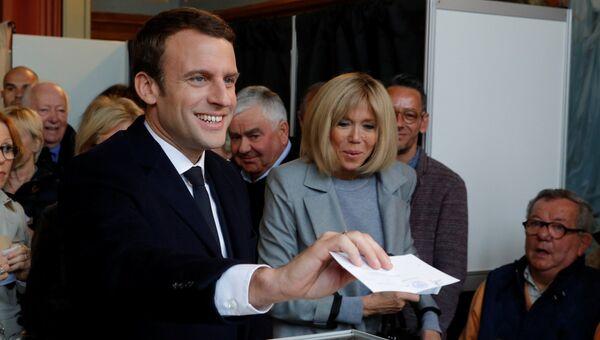 Эммануэль Макрон голосует на выборах