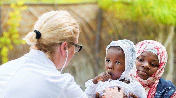 Девочка на осмотре у врача в Кении