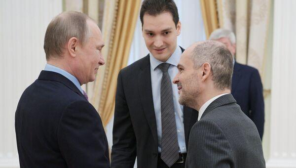 Президент РФ Владимир Путин и президент ФАТФ Хуан Мануэль Вега-Серрано. 26 апреля 2017