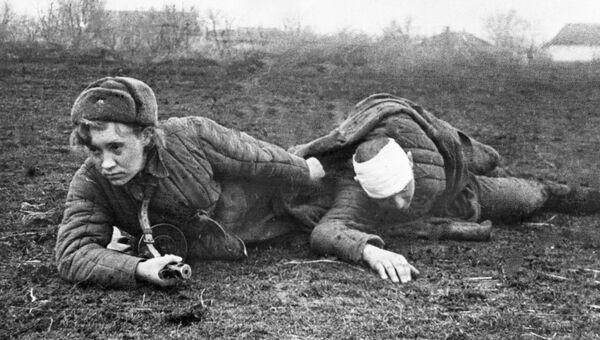 Санинструктор Валя Грибкова эвакуирует раненого с поля боя