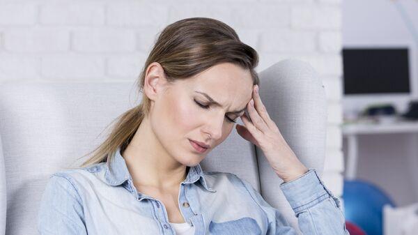Женщина с головной болью