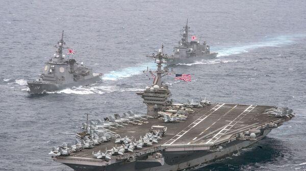 Авианосец ВМС США Карл Винсон в сопровождении эсминцев морских сил самообороны Японии.