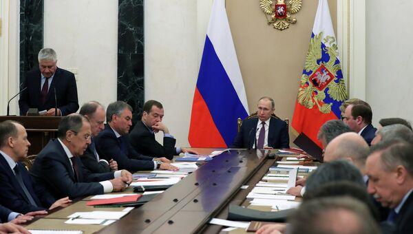 Президент России Владимир Путин проводит совещание с постоянными членами Совета безопасности РФ. 28 апреля 2017