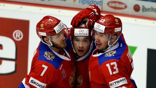Российские хоккеисты радуются забитому голу в матче с чехами в заключительном матче чешского этапа Евротура